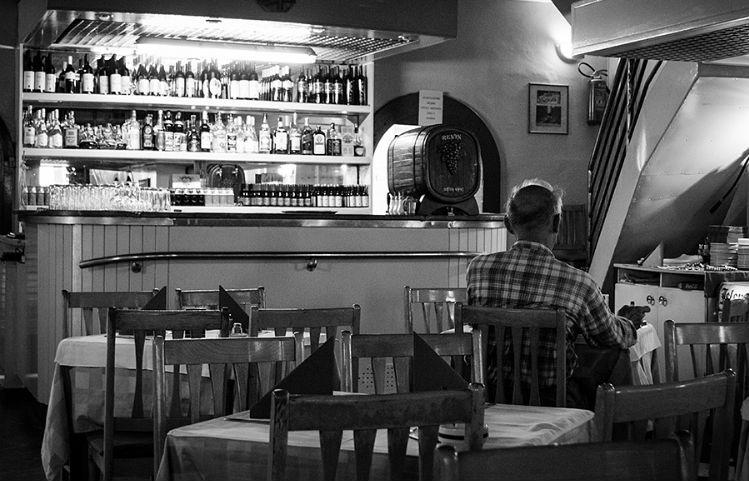 homem-sozinho-bar